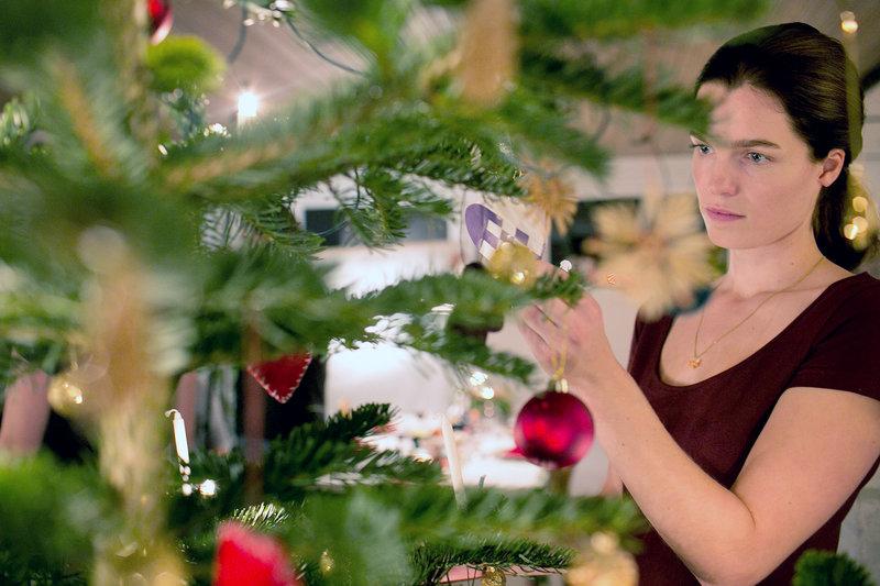 Signe (Marie Bach Hansen) will ihre Eltern an Heiligabend zur Rede stellen. – Bild: arte