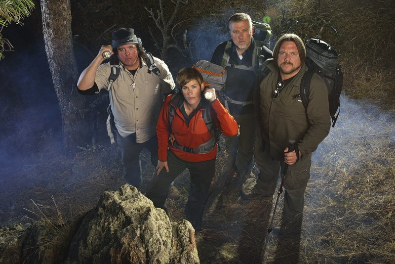 Matt Moneymaker, James 'Bobo' Fay, Cliff Barackman and Ranae Holland of Discovery's Finding Bigfoot in the woods of Colorado with flashlights and cameras. – Bild: Animal Planet