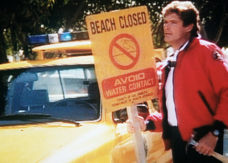 Mitch (David Hasselhoff) sperrt den Strand. – Bild: Nitro.