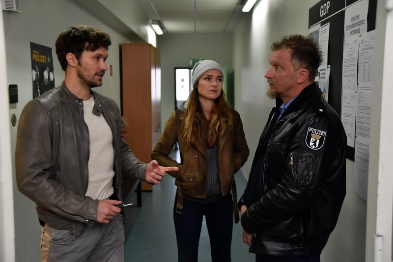 Alex (Aleksandar Radenkovic, l.) und Lucy (Josephin Busch, M.) fragen Frank Struck (Matthias Komm, r.), ob er bei einem Einsatz Drogengeld unterschlagen hat. – Bild: ZDF und Oliver Feist.