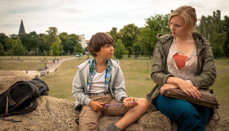 Zu Judiths (Rosalie Thomass) Patienten gehört auch Linus (Claas Schröder). Der Neunjährige schlägt seine Mitschüler. – Bild: WDR/Alexander Fischkoesen
