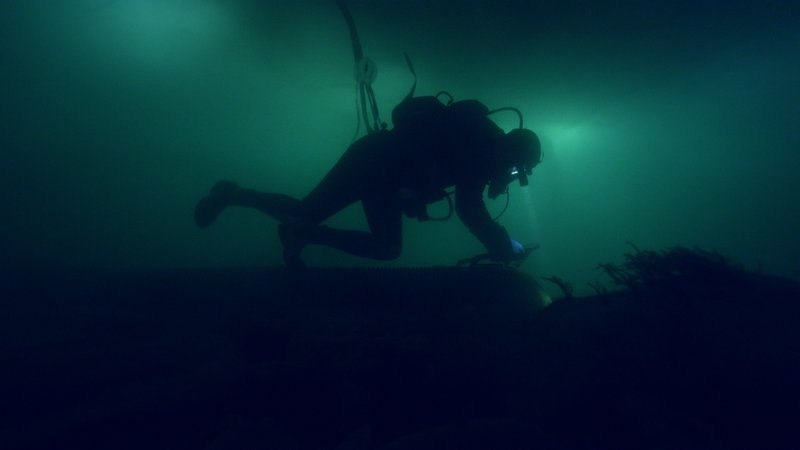 Underwater dredging sillouette. – Bild: Discovery Channel
