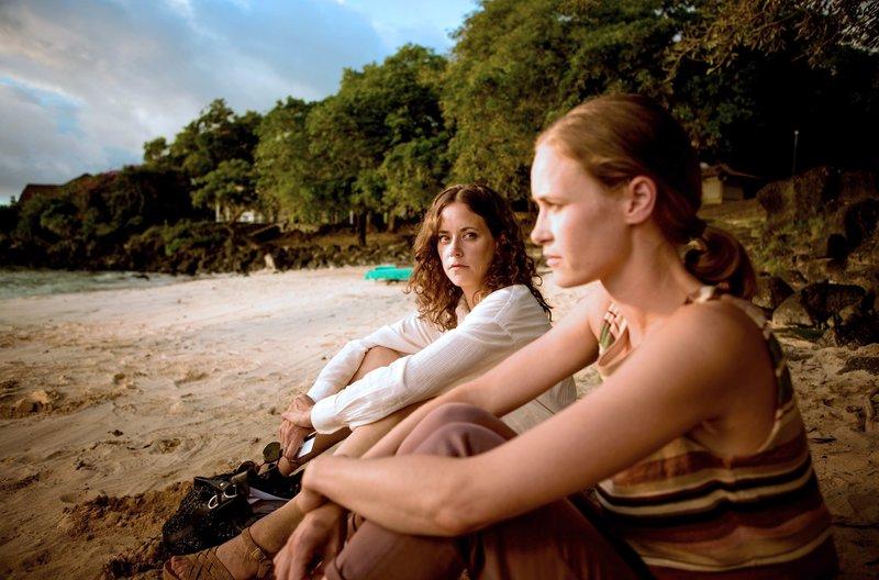 Filipa (Anja Knauer, l.) und Daniels Frau Jenny (Inez Bjørg David) lernen sich vorsichtig kennen. – Bild: ARD Degeto/Tivoli Film/Diensen Pamben