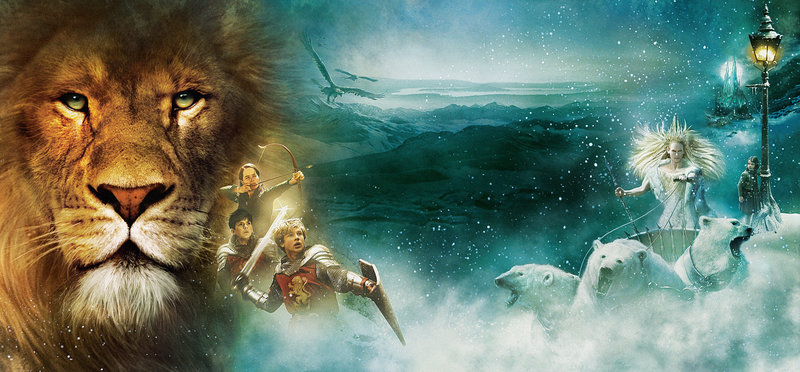 Der Löwe Aslan ist der eigentliche Herrscher Narnias. Seine Rivalin ist die Weiße Hexe (r.). Vier Kinder werden (v. vorne nach hinten: William Moseley, Skandar Keynes, Anna Popplewell und rechts Georgie Henley) einer Prophezeiung zu Folge Aslan helfen, sein Reich wieder zu gewinnen. – Bild: ZDF und Craig Potton