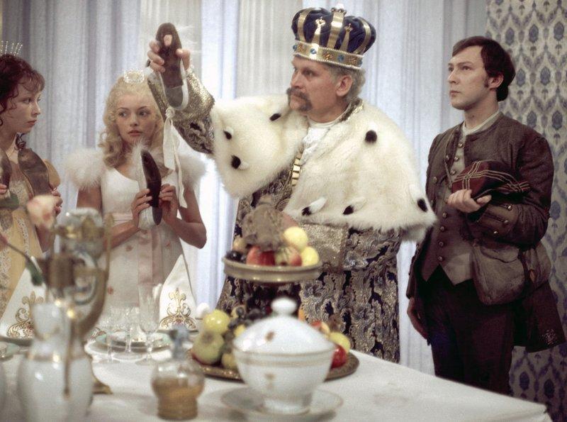 Der junge Soldat (Jaecki Schwarz, r.) wird vom König (Helmut Müller-Lankow, 2. v. r.) beauftragt, hinter das Geheimnis der allnächtlich zertanzten Schuhe seiner sieben Töchter zu kommen. Der Soldat verliebt sich in die jüngste Prinzessin (Blanche Kommerell, 2. v. l.). – Bild: rbb/DRA/Kroiß