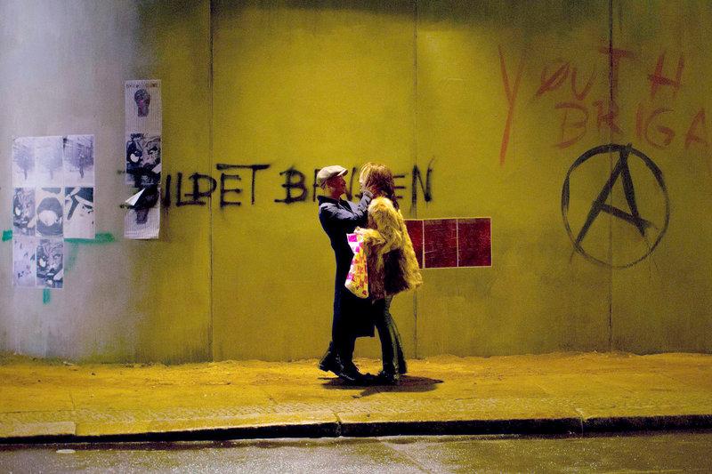 Robert (Tom Schilling) und Sanja (Emilia Schüle) machen die Nächte unsicher. – Bild: ? WDR/BR/X-Verleih