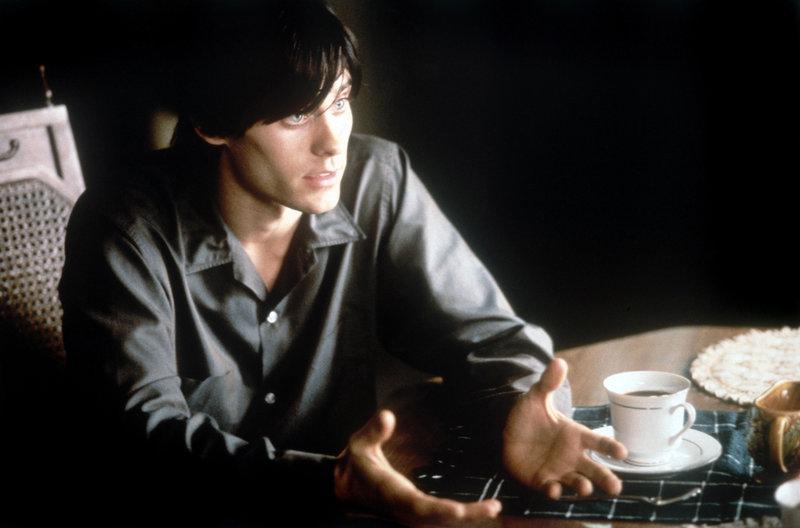 Harry (Jared Leto) merkt nichts von der dramatischen Veränderung seiner Mutter, schließlich ist er selbst viel zu sehr mit seinem eigenen Drogenkonsum beschäftigt. – Bild: TMG