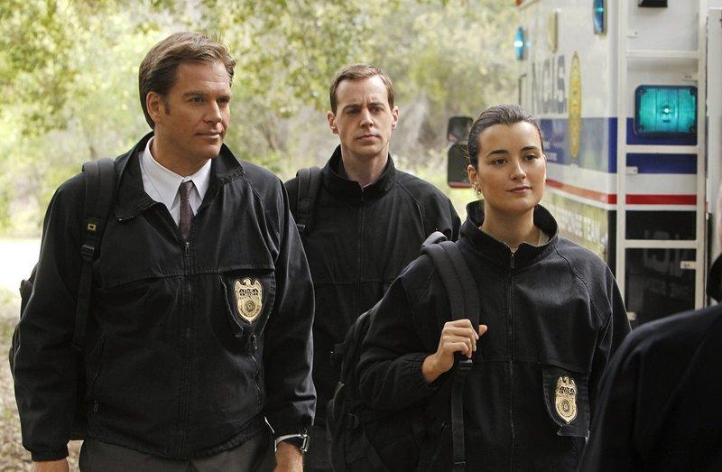 Auf der Suche nach dem Hafenmörder: Tony (Michael Weatherly, l.), McGee (Sean Murray, M.) und Ziva (Cote de Pablo, r.) ... – Bild: CBS Television Lizenzbild frei