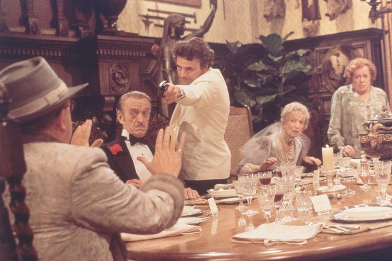 Der exzentrische Millionär Lionel Twain (Truman Capote, l.) eröffnet seinen Gästen Dick Charleston (David Niven, 2.v.l.), Sam Diamond (Peter Falk, M.), Miss Withers (Estelle Winwood, 2.v.r.) und Miss Marbles (Elsa Lanchester, r.), dass um Mitternacht ein Mord geschehen wird ... – Bild: Columbia Pictures Lizenzbild frei