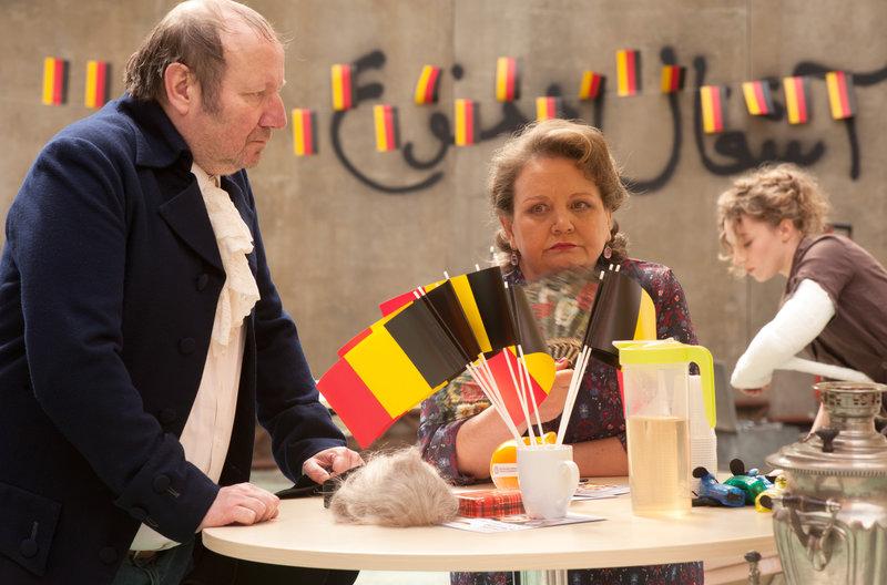 Gmeiner (Rainer Reiners) und Margarete (Swetlana Schönfeld) geraten aneinander. Im Hintergrund: Swantje (Antonia Bill). – Bild: NDR/BR/Alva Nowak