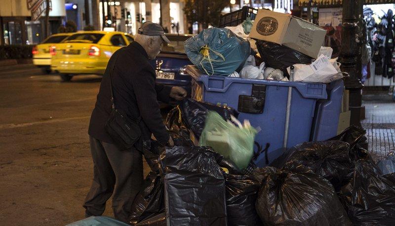 Ein älterer Mann durchsucht Müll auf den Straßen Athens. – Bild: WDR/Small Planet