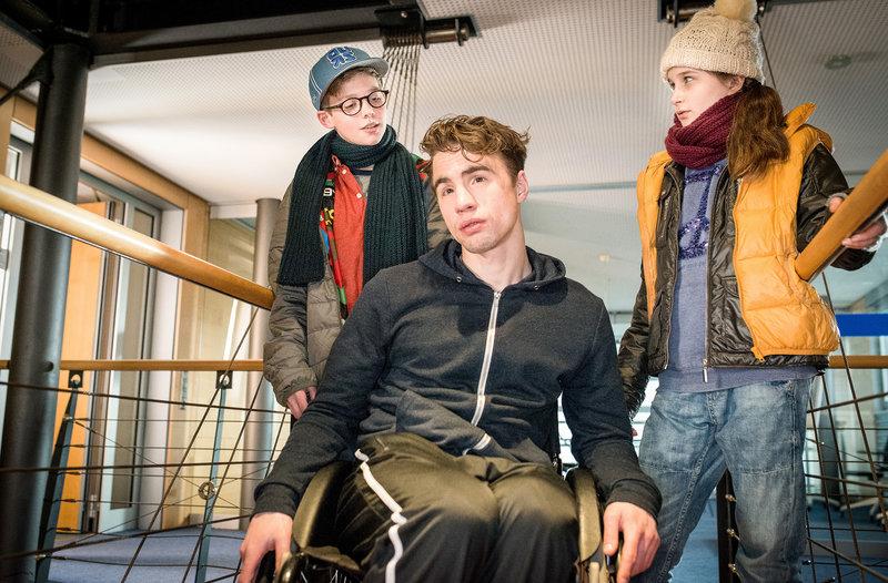 Benny (Ruben Storck, links) und Mia (Marleen Quentin, rechts) finden heraus, dass Jan (Joachim Foerster) nicht nur fĂĽr die Security zuständig, sondern auüerdem Julias Bruder ist.– Bild: NDR/Boris Laewen