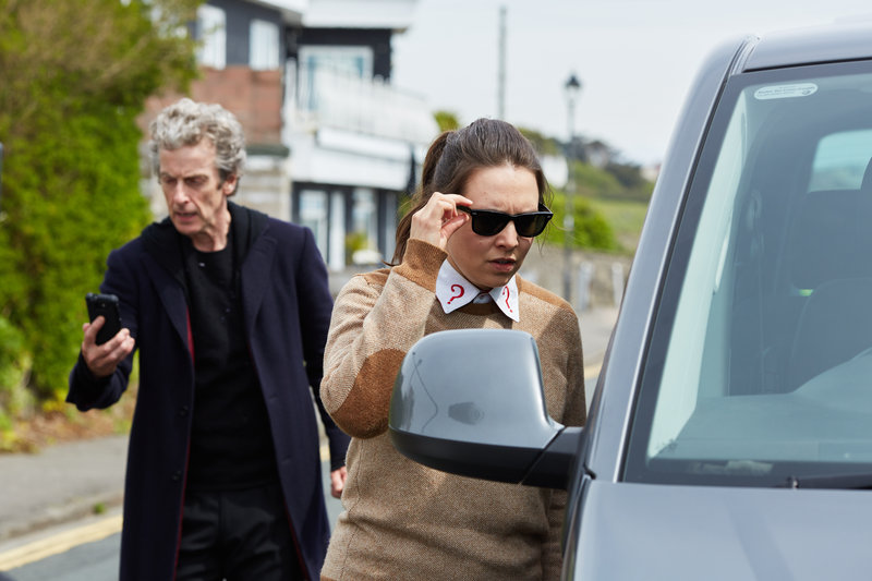 Picture shows: Peter Capaldi as the Doctor and Ingrid Oliver as Osgood – Bild: BBC/BBC Worldwide 2015