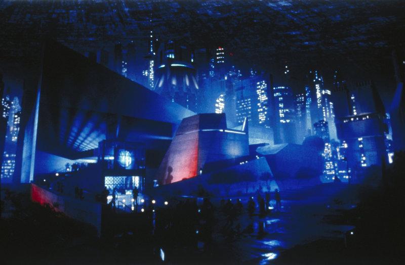rgendwann in einer fernen Zukunft. Außerirdische von Alpha Centauri bedrohen unsere Welt, halten sie mit tödlichem Bombardement in einem permanenten Schockzustand. Die gigantischen Großstädte werden durch riesige Energieschilde geschützt und die Sicherheitsvorkehrungen sind immens. (Szenenbild) – Bild: TMG