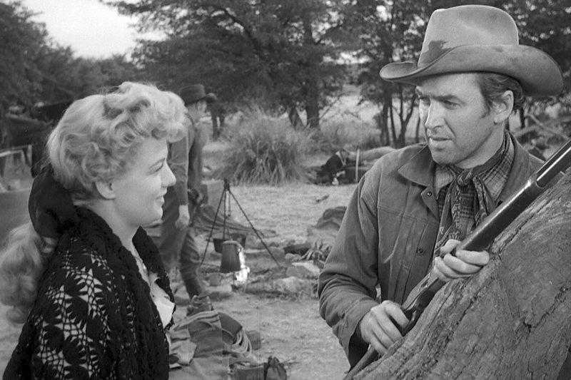 Lin (James Stewart) und Lola (Shelley Winters) erwarten den Angriff eines Indianerstamms. – Bild: ZDF / © 1950 Universal Pictures Co.