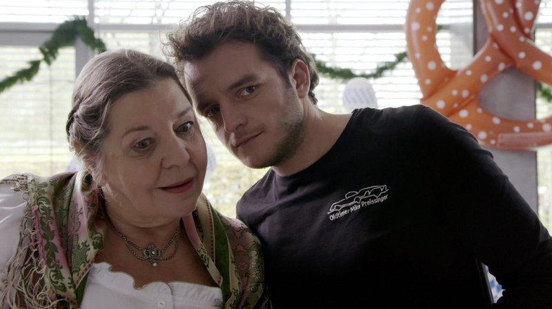 Mama Spiess (Monika Manz) und Tommy Schwimmer (Tommy Schwimmer). – Bild: BR