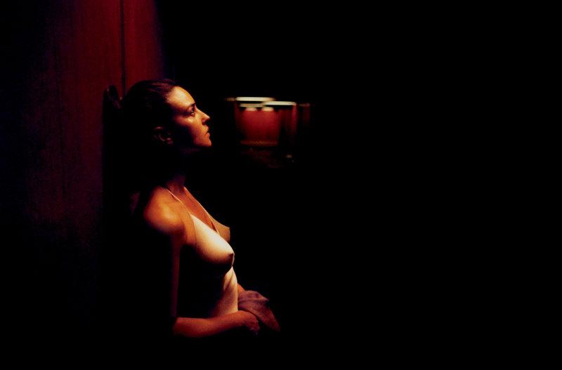 Alex (Monica Bellucci) wird auf dem Heimweg von einer Party brutal vergewaltigt und misshandelt. Sie ist alleine nachhause gegangen ohne ihren Freund Marcus, von dem sie ein Kind erwartet und der nicht in der Lage ist, die zarten Gefühle, die zwischen ihnen bestehen, zuzulassen. – Bild: Studiocanal / Studiocanal / © Splendid