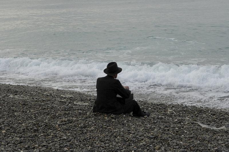 Salomon Sorowitsch (Karl Markovics) genießt das Leben in vollen Zügen, doch die Vergangenheit lässt ihn nicht los. – Bild: ZDF und Jürgen Olczyk