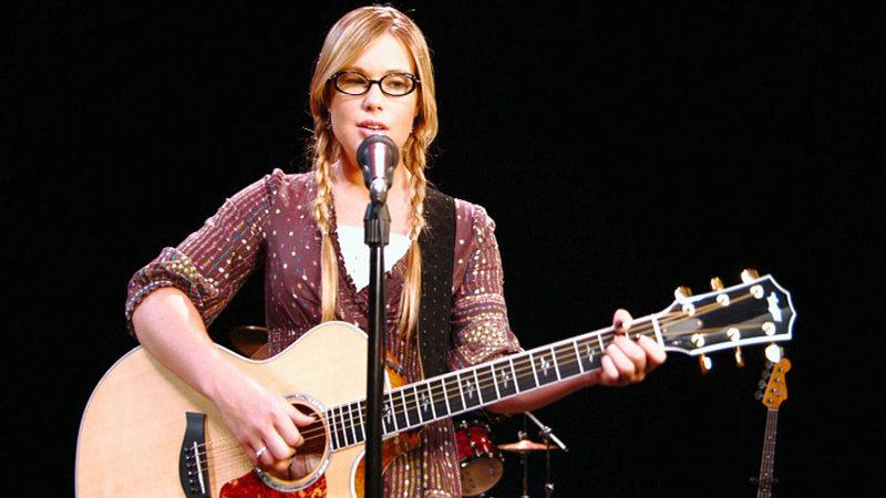 Elle Daniels (Ashlee Hewitt) träumt von einer Karriere als Sängerin und Songwriterin! – Bild: RTL II