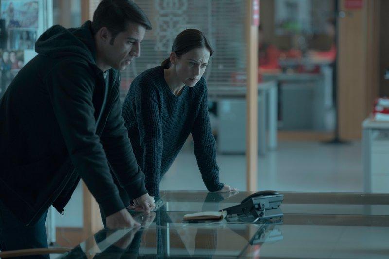 Amaia Salazar (Marta Etura, r.) und ihr Kollege Jonan Etxaide (Carlos Librado 'Nene', l.) beraten das weitere Vorgehen. – Bild: ZDF und Manolo Pavón.