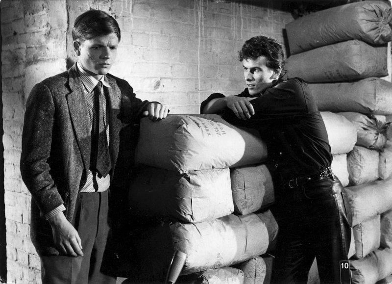 Freddy (Horst Buchholz ¿ rechts) versucht seinen jüngeren Bruder Jan (Christian Doermer) zu überreden, bei einem Überfall mitzumachen. – Bild: ZDF und Helmut Kiehl