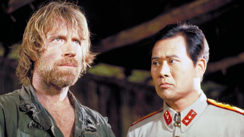 Colonel James Braddock (Chuck Norris, li.) und seine Männer werden von Kommandant Yin (Soon-Teck Oh) gefangengehalten.. – Bild: RTL II