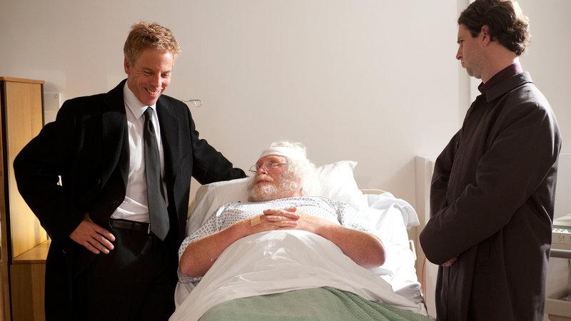 Santa Claus (James Cosmo) wird am Krankenbett von zwei Agenten (Greg Germann, li.; Sean McConaghy) verhört.. – Bild: RTL II