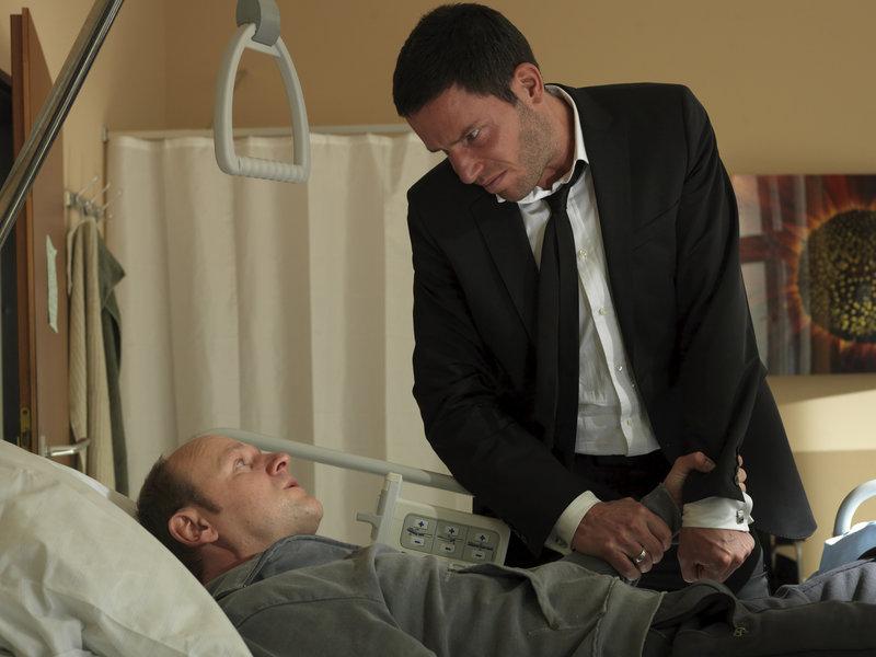 Tom (Tim Bergmann) eröffnet dem kranken Jan (Oliver Stokowski), dass er dessen Freundin Karla nun für sich gewinnen will. – Bild: ZDF und Jacqueline Krause-Burberg