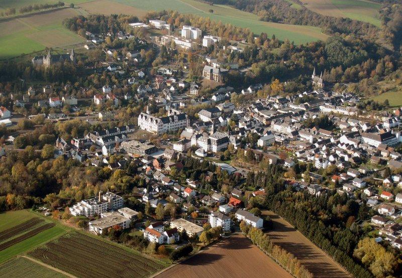 Blick auf Hadamar aus der Luft. – Bild: SWR