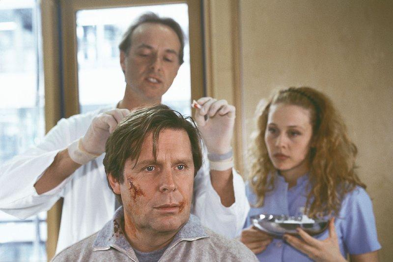 Stefan (Sigmar Solbach, vorne) wird selbst Patient der Waldner-Klinik. Dr. Christian Roehrs (Siemen Rühaak) und Schwester Sonja (Patricia Lueger) versorgen die Verletzungen, die Vanessas Mann ihm zugefügt hat. – Bild: RTLplus