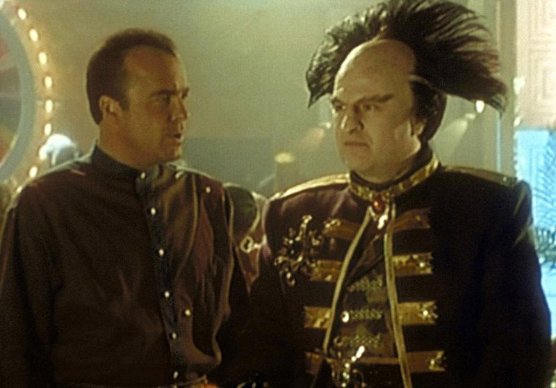 Garibaldi (Jerry Doyle, l.) in Zivilkleidung auf der Flucht. Er bittet Botschafter Londo Mollari (Peter Jurasik, r.) um Hilfe. – Bild: ProSieben MAXX