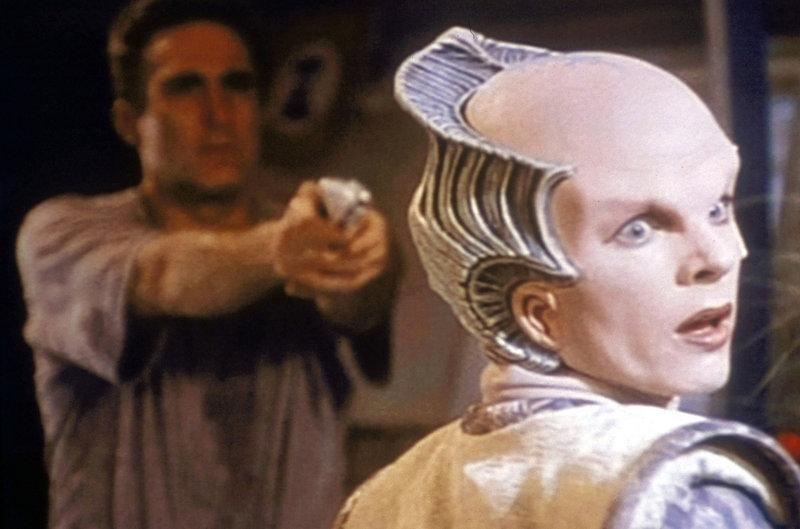 Commander Sinclair (Michael O'Hare, links), durch die Behandlung mit Drogen schwer verwirrt, glaubt in Botschafterin Delenn (Mira Furlan, r.) einen Feind zu erkennen. – Bild: ProSieben MAXX