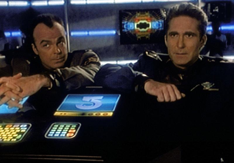 Commander Jeffrey Sinclair (Michael O'Hare, r.) und Sicherheitschef Michael Garibaldi (Jerry Doyle, l.) überlegen in der Kommandozentrale der Station Babylon 5, wie man den wilden Streik der Dockarbeiter ohne Gewaltanwendung beenden kann. – Bild: ProSieben MAXX