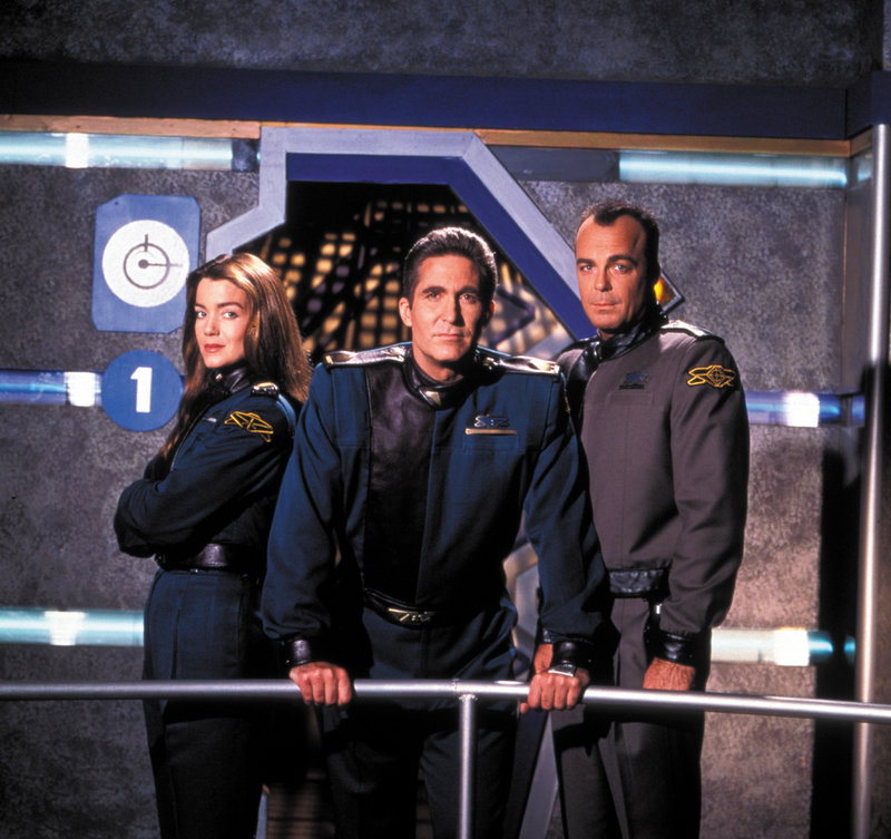 Commander Susan Ivanova (Claudia Christian), Commander Jeffrey Sinclair (Michael O'Hare) und Michael Garibaldi (Jerry Doyle). – Bild: ProSieben MAXX