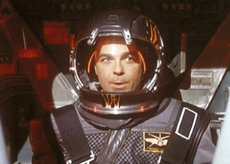 Michael Garibaldi (Jerry Doyle), der Sicherheitschef von Babylon 5, ist als leitender Pilot mit den Alpha-Fliegern im All, um den Angriff der Raiders abzuschlagen. – Bild: ProSieben MAXX