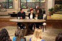 """Vincent (Jay Ryan, l.) tritt bei Sharon Osbourne (M.) und Julie Chen (r.) in """"The Talk"""" auf, um allen zu beweisen, dass er noch am Leben ist ... – © 2013 The CW Network, LLC. All rights reserved. Lizenzbild frei"""
