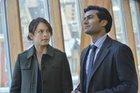 Catherine (Kristin Kreuk, l.) hat sich in Vincent verliebt und macht mit Gabe (Sendhil Ramamurthy, r.) Schluss. Doch wird Gabe das einfach so hinnehmen? – © 2013 The CW Network, LLC. All rights reserved. Lizenzbild frei