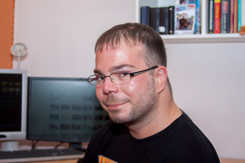 """Gerald Behnke, Kameramann und Cutter für """"Normalo TV"""" zu Hause im Studio – Bild: 3sat"""