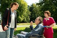 Betty (Bettina Lamprecht) kommt an der Klinik an und unterhält sich mit Patient Peter Sutterlitt (Hugo Egon Balder), der von Schwesternschülerin Talula (Carolin Walter) gerade gesucht wird. – © ZDF und Martin Valentin Menke