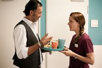 Safi (Ercan Durmaz) bringt Betty (Bettina Lamprecht) ihr Frühstück auf die Station. – © ZDF und Kai Schulz