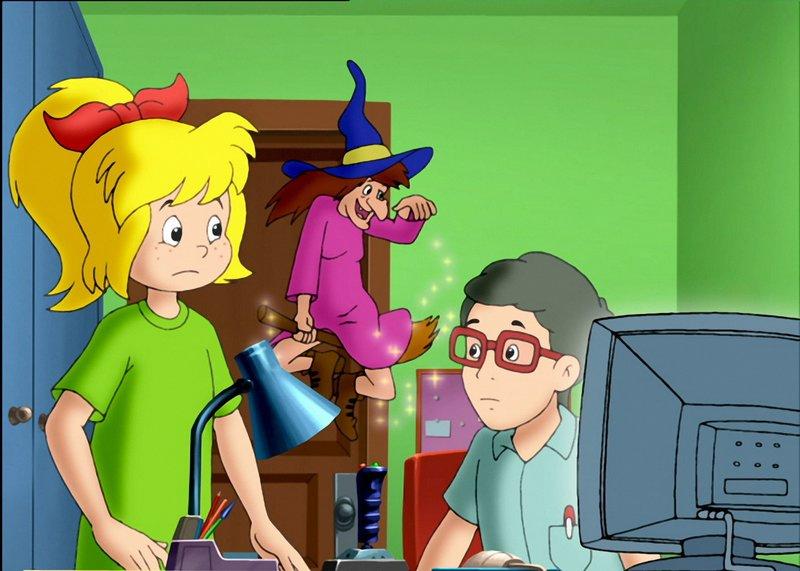 Bibi (links) hat die Hexenkollegin (Mitte) aus dem Computer herausgehext – Bild: ZDF