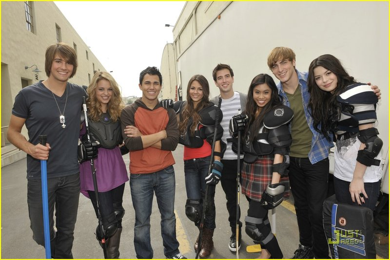 . . L-R James Maslow, Gage Golightly, Carlos Pena, Victoria Justice, Logan Henderson, Ashley Argota, Kendall Schmidt, Miranda Cosgrove. – Bild: photo credit:Charley Gallay/Nickelodeon
