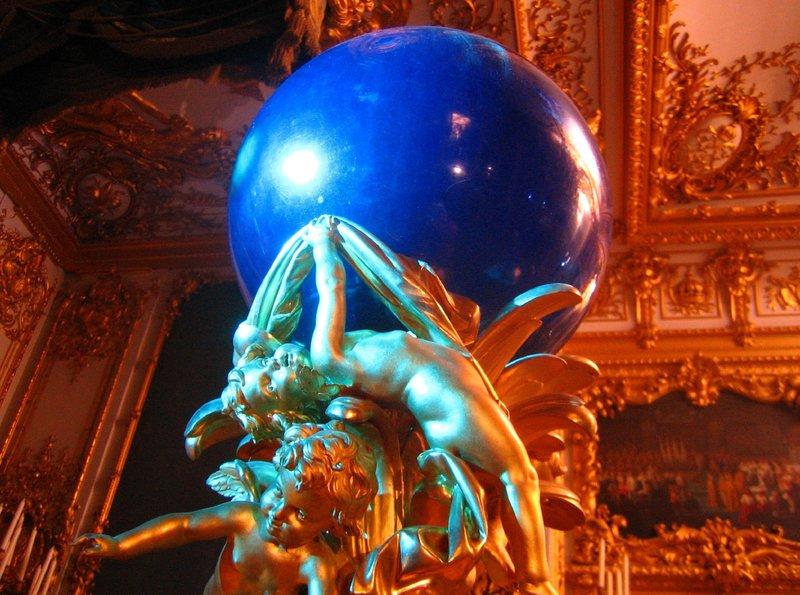 """NDR Fernsehen BILDERBUCH, """"Herrenchiemsee - Sonne, Mond und Märchenschloss"""", am Montag (06.06.11) um 14:15 Uhr. Das Bild zeigt in nie gesehener Farbigkeit das blaue Nachtlicht des Märchenkönigs, das ihn als Sternenmann und Nachtkönig symbolisiert. Das Licht sollte das Blau der Grotte von Capri haben. – Bild: NDR"""