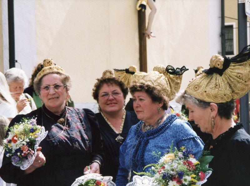 Festzugteilnehmerinnen in Vilshofen. – Bild: NDR