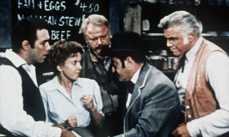 Adam Cartwright (Pernell Roberts, l.) und Ben Cartwright (Lorne Greene, r.) sind sehr betroffen, als sie hören, dass der Fremde Annies (Ida Lupino, 2.v.l.) Mine beansprucht. – Bild: Sat.1 Gold