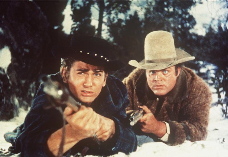 Little Joe Cartwright (Michael Landon, l.) und sein Bruder Hoss (Dan Blocker, r.) sind zur Jagd in den Bergen. – Bild: Sat.1 Gold