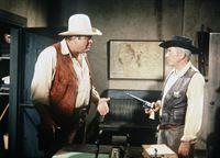 Hoss Cartwright (Dan Blocker, l.) wird von Sheriff Millet (John Marley, r.) wegen Mordes festgenommen. – Bild: Paramount Pictures Lizenzbild frei