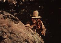 Hoss Cartwright (Dan Blocker) ist in einen Hinterhalt geraten. – Bild: Paramount Pictures Lizenzbild frei