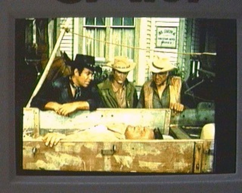 Hoss (Dan Blocker, v.) hat sich in einer fremden Stadt schwer verletzt. Adam (Pernell Roberts, r.), Little Joe (Michael Landon, M.) und Ben (Lorne Greene, l.) müssen ihn zum Arzt bringen. Doch der einzige Arzt der Stadt sitzt momentan im Gefängnis ... – Bild: Sat.1 Gold
