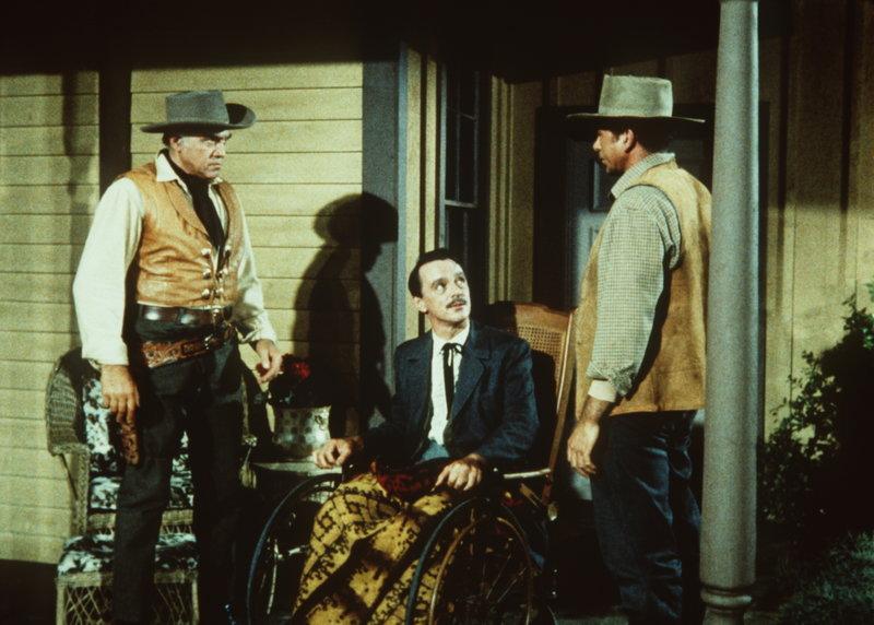 Der berechnende Vorarbeiter Ezekiel (Claude Akins, r.) versucht seinen Boss Tom Edwards (Harry Townes, M.), gegen Ben Cartwright (Lorne Greene, l.) aufzuhetzen ... – Bild: Sat.1 Gold